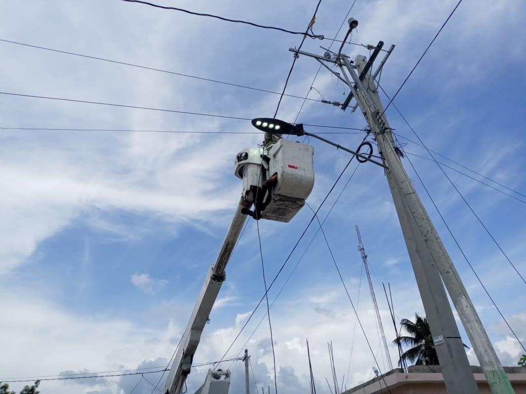 Ayuntamiento de Pueblo Viejo realiza operativo instalación y reparación de luminarias municipales